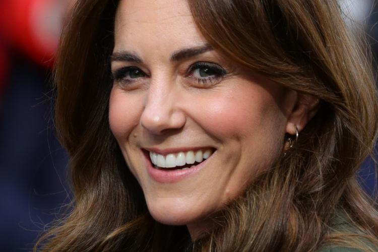 Księżna Kate uśmiechnięta w ciemno zielonym płaszczu