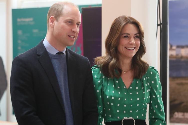 Książę William w garniturze i księżna Kate w zielonej sukience w białe groszki podczas oficjalnej wizyty