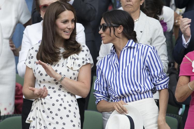 Księżna Kate i księżna Meghan rozmawiają ze sobą podczas Wimbledonu.