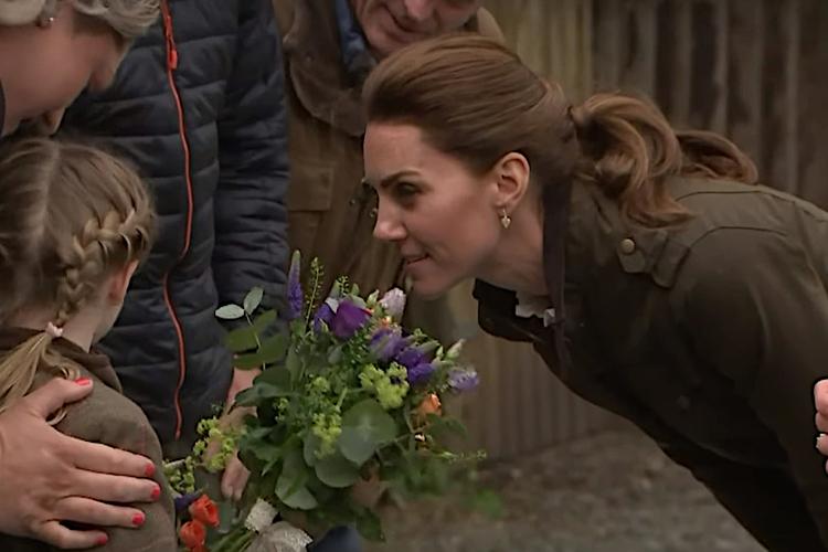 Księżna Kate rozmawia z dziewczynką w warkoczach