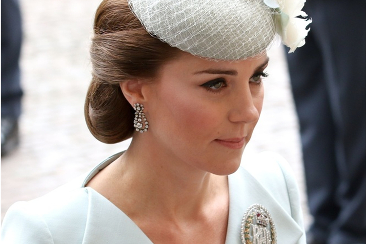 Księżna Kate w niebieskim kostiumie podczas the Royal Air Force