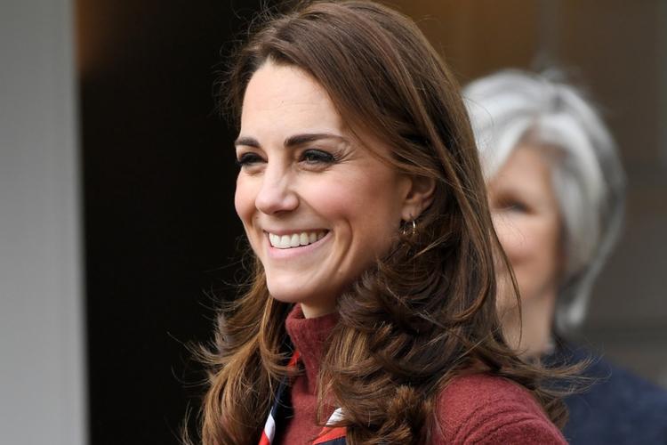 Księżna Kate uśmiecha się w bordowym golfie z kolorową apaszką
