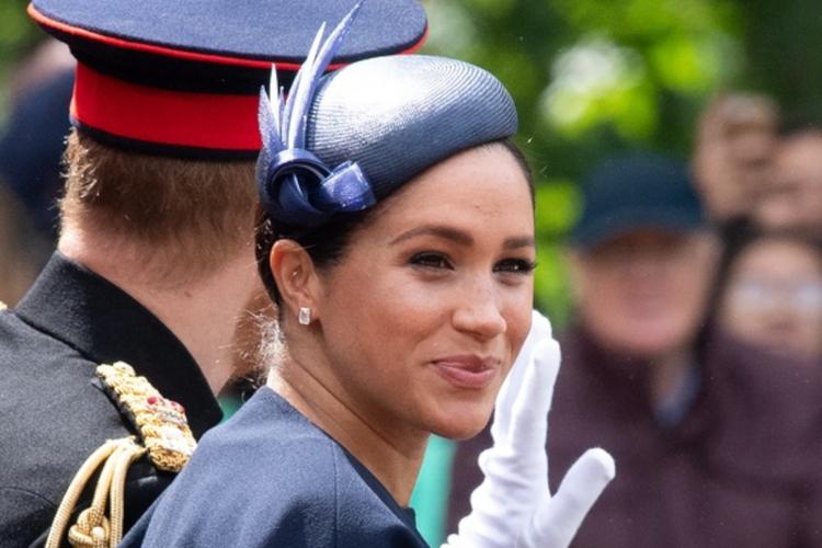 Księżna Meghan w granatowym kostiumie i kapeluszu na urodzinach królowej Elżbiety II