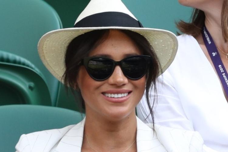 Księżna Meghan w białym kapeluszu i ciemnych okularach na Wimbledonie 2019