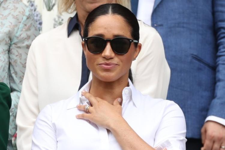 Księżna Meghan w białej koszuli i okularach przeciwsłonecznych na Wimbledonie