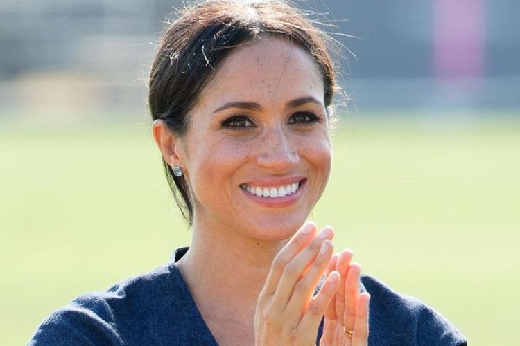Księżna Meghan uśmiechnięta w jeansowej sukience na meczu polo