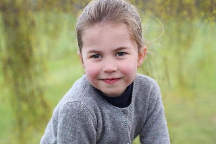 Księżniczka Charlotte w kraciastej spódnicy i szarym sweterku