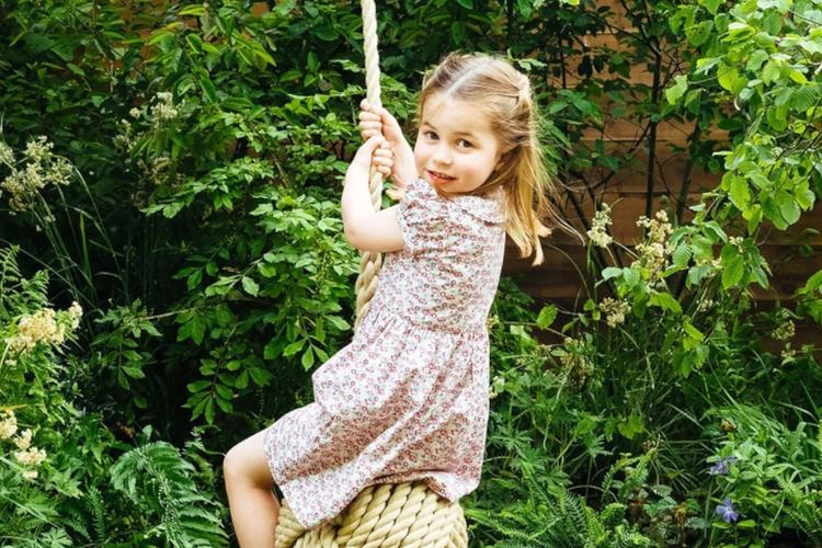 """Księżniczka Charlotte w kwiecistej sukience bawi się w ogrodzie """"Back to Nature"""""""