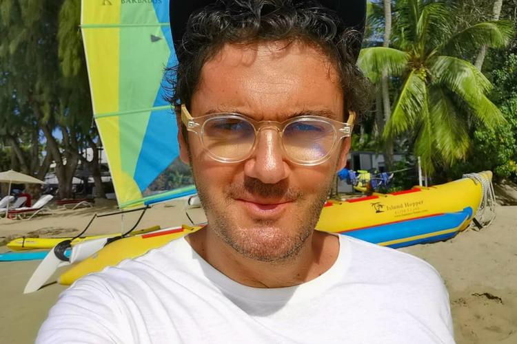 Kuba Wojewódzki w okularach na rajskich wakacjach