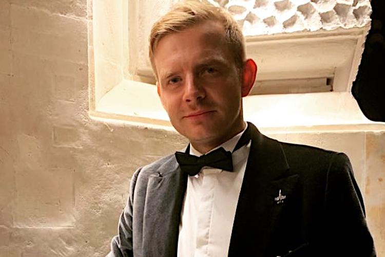 Rafał Zawierucha w garniturze