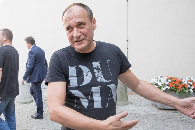 Paweł Kukiz w czarnej koszulce z napisem DUMA