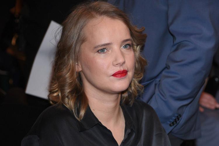 Joanna Kulig w czarnej, satynowej koszuli i z czerwoną szminką na ustach