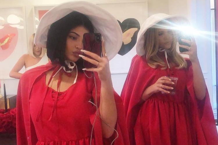 """Kylie Jenner z przyjaciółką w strojach podręcznych na imprezie, której motywem przewodnim była """"Opowieść podręcznej"""""""