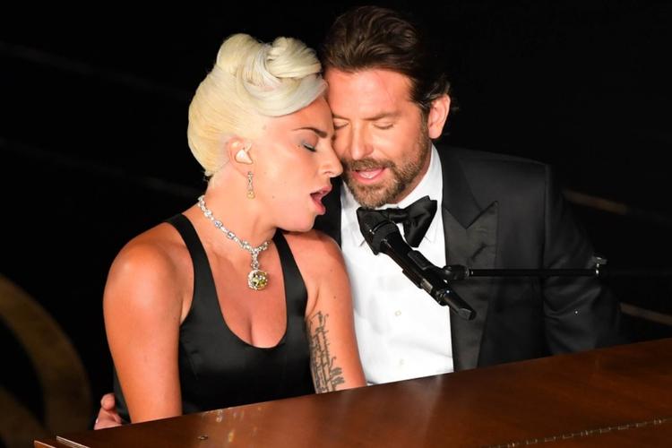 """Lady Gaga w czarnej sukni i Bradley Cooper w garniturze śpiewają przy fortepianie """"Shallow"""" z filmu """"Narodziny Gwiazdy"""" na Oscarach 2019"""