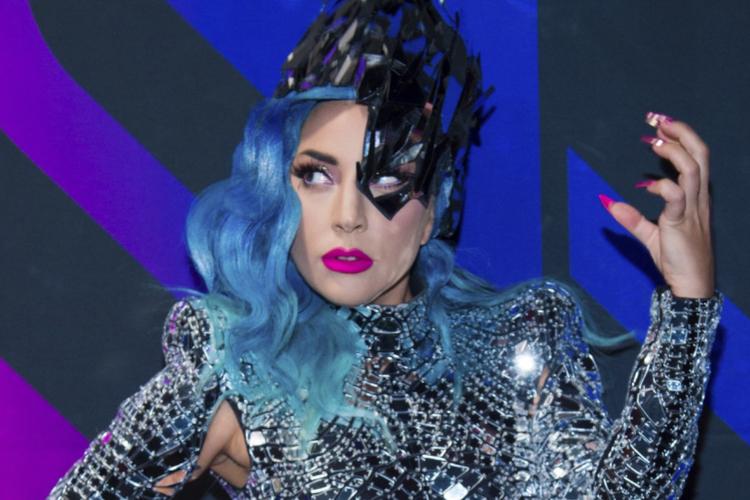 Lady Gaga w kosmicznym kostiumie, z niebieskimi włosami i różowymi ustami