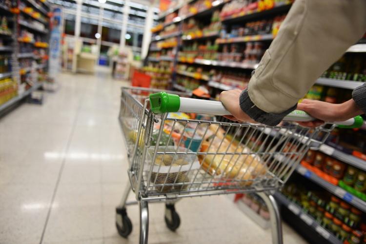 Człowiek robiący zakupy w super markecie