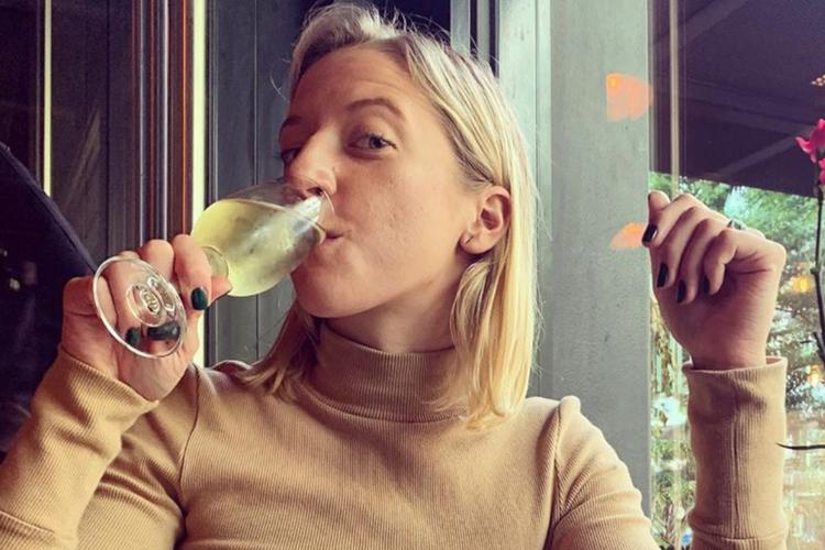 Lara Gessler pije szampana w restauracji