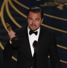 """Leonardo DiCaprio na scenie podczas odbierania Oscara 2016 za rolę w """"Zjawie"""""""