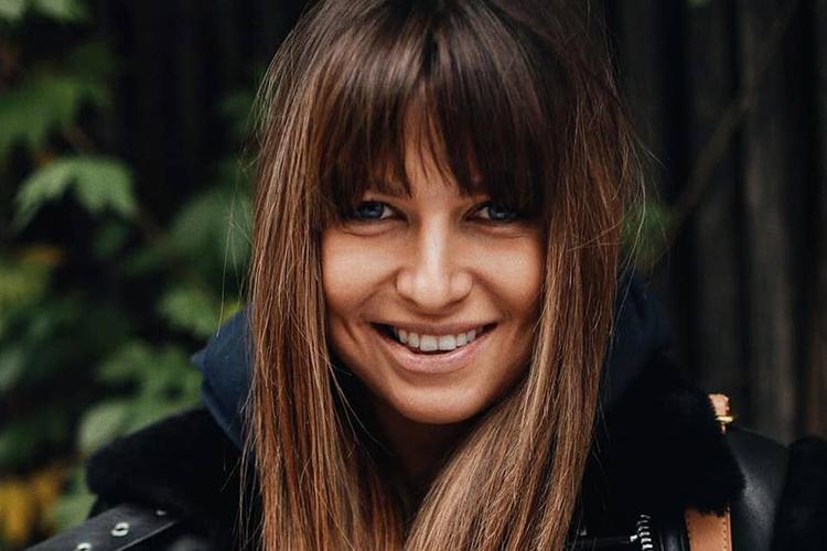 Anna Lewandowska uśmiechnięta w czarnej kurtce i z grzywką