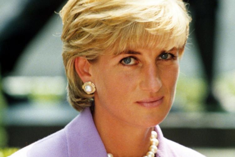 Księżna Diana w fioletowej marynarce z perłami
