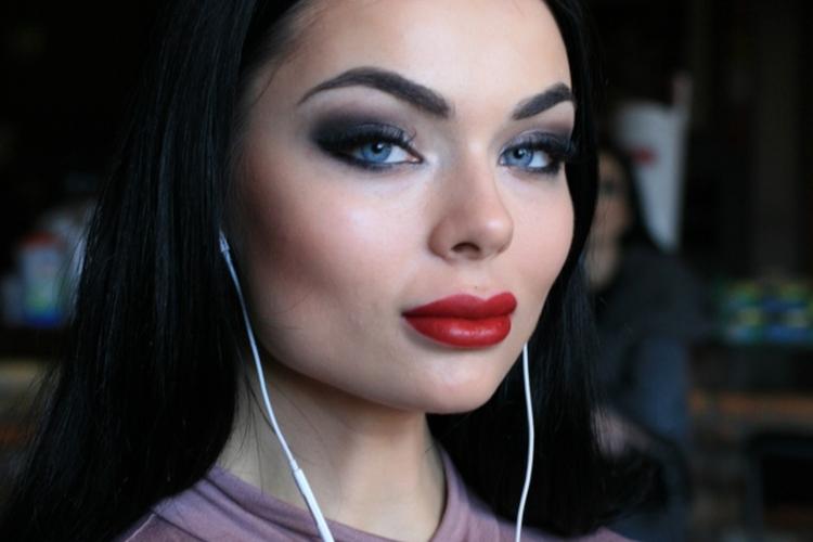 Luxuria Astaroth w mocnym makijażu z czerwoną szminką