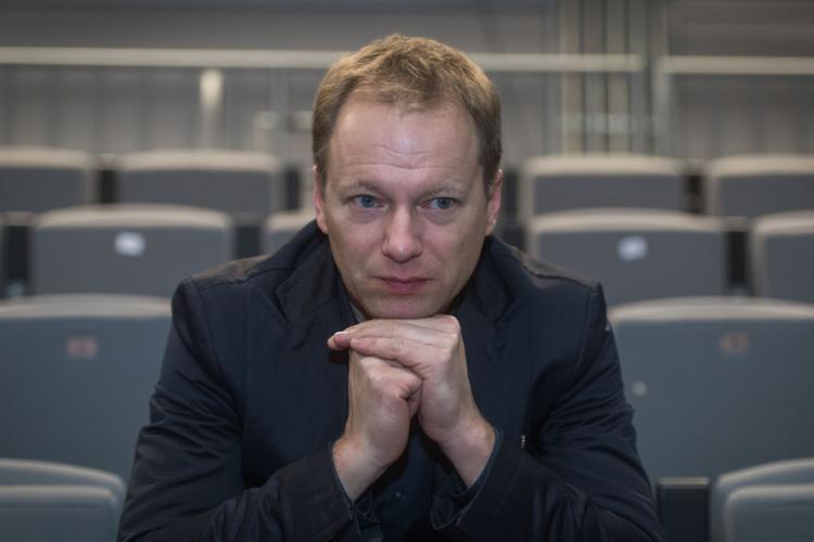 Maciej Stuhr marynarce na widowni w teatrze