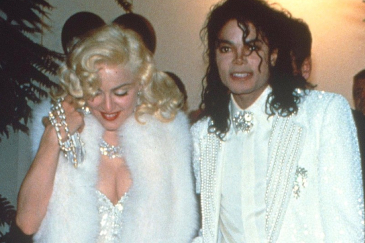 Madonna ucharakteryzowana na Marilyn Monroe i Michael Jackson w białej marynarce przed galą rozdania Oscarów 1991
