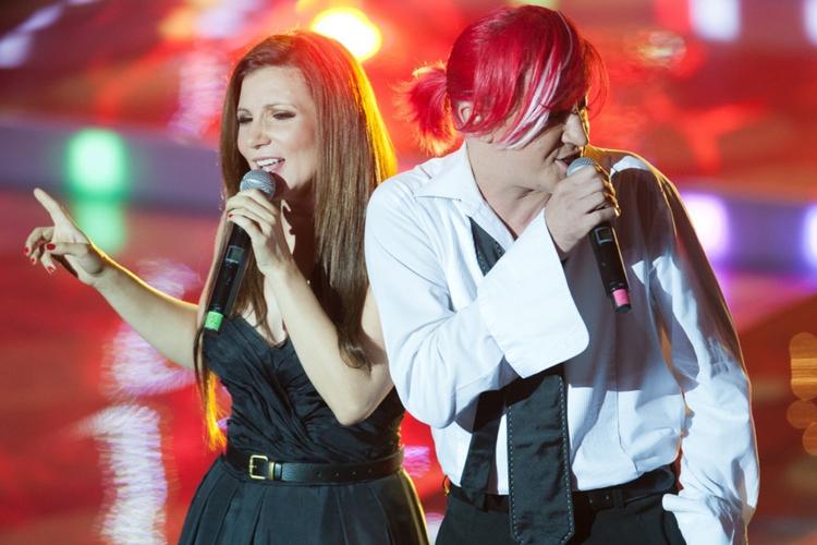 Magda Femme w czarnej sukni i Michał Wiśniewski w czerwonych włosach, w koszuli i krawacie na koncercie Ich Troje w 2011 roku