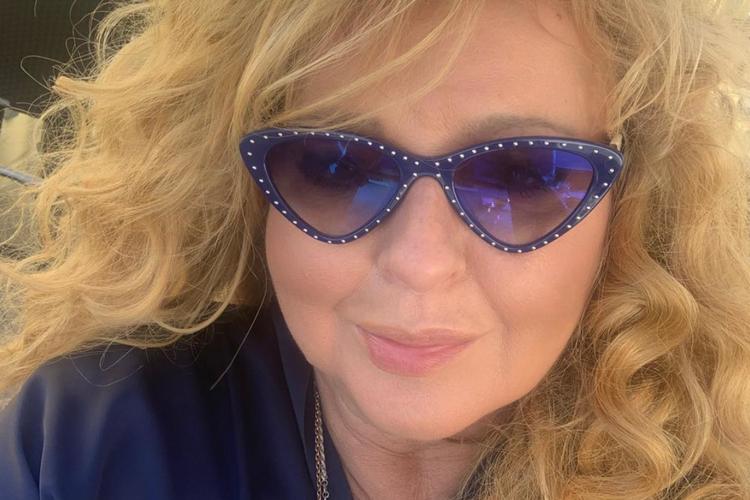 Magda Gessler w granatowej bluzce i granatowych okularach przeciwsłonecznych
