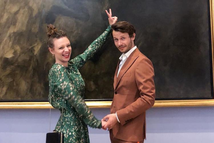 Magdalena Boczarska w zielonej sukni i Mateusz Banasiuk w garniturze trzymają się za ręce