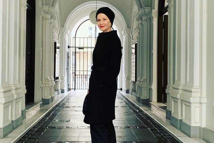 Małgorzata Kożuchowska w czarnym płaszczu i chuście na głowie