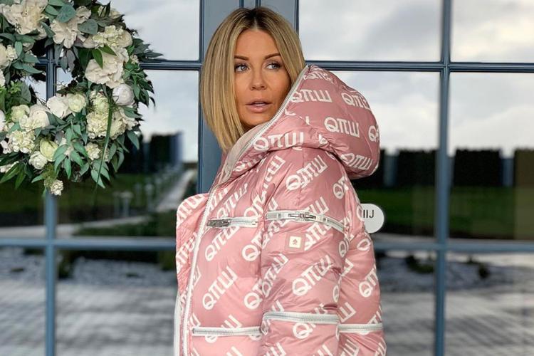 Małgorzata Rozenek-Majdan w dużej, puchowej, różowej kurtce