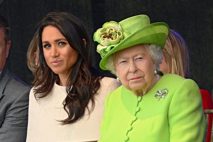 Meghan Markle w kremowej sukience i królowa Elżbieta w limonkowym płaszczu i kapeluszu