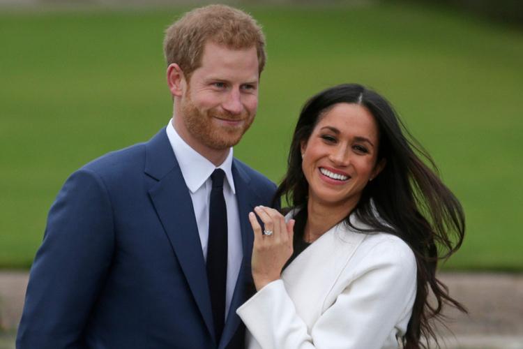 Meghan Markle w białym płaszczu i książę Harry w garniturze podczas sesji zaręczynowej