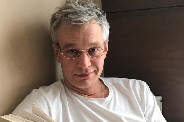 Michał Żebrowski w białej koszulce i okularach