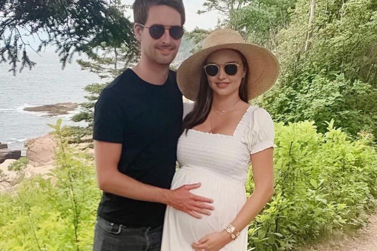 Miranda Kerr z ciążowym brzuszkiem i Evan Spiegel w ciemnych okularach