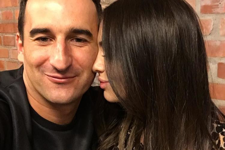 Michał Koterski w czarnej koszulce i całująca go Marcelina Leszczak