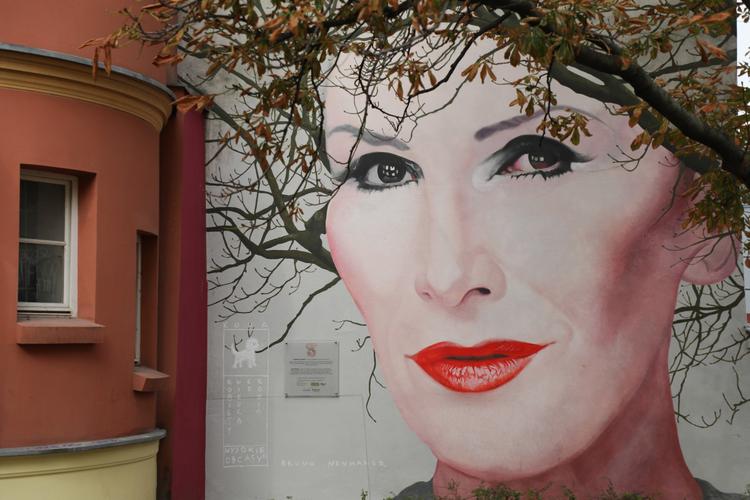 Mural Kory jesienią w Warszawie