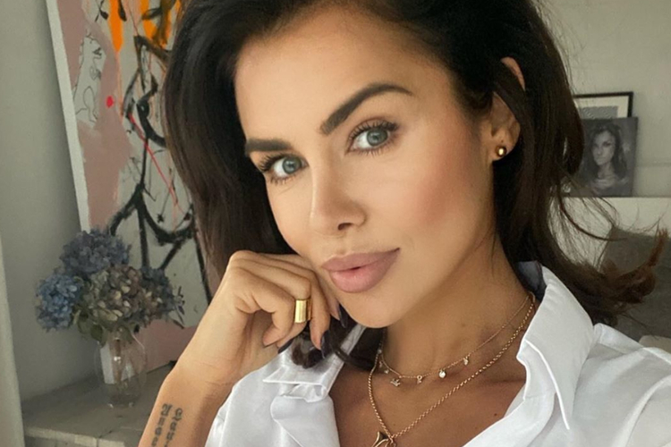 Natalia Siwiec w białej koszuli, złotej biżuterii i mocnym makijażu