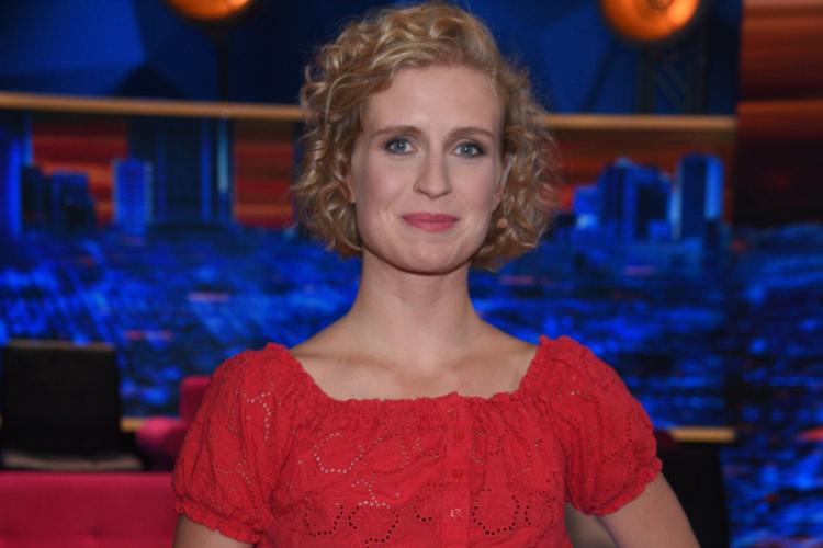 Marcjanna Lelek w czerwonej bluzce bez pępka i czarnych spodniach
