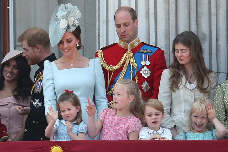 Księżna Kate, książę William, księżniczka Charlotte, książę George, księżna Meghan, książę Harry i pozostali członkowie rodziny królewskiej