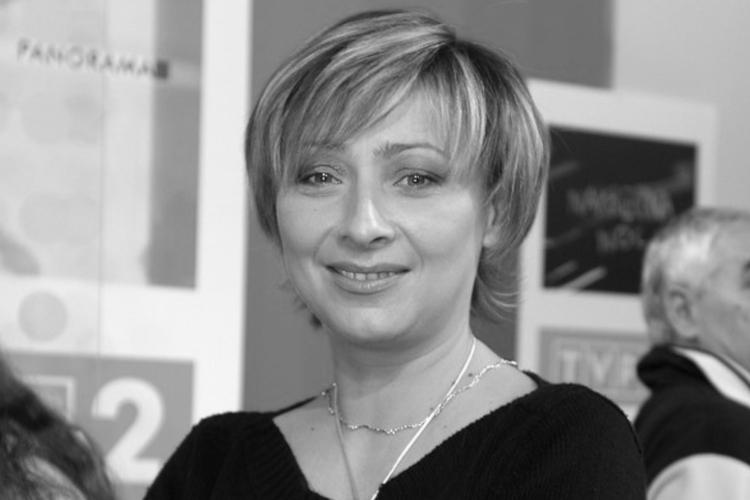 Agnieszka Dymecka w czarnej bluzce na konferencji prasowej TVP2