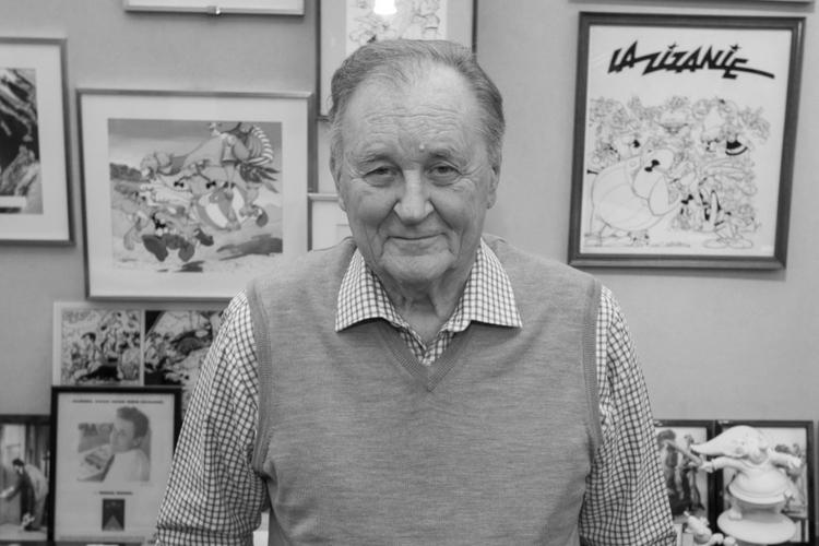 Albert Uderzo w swojej pracowni na tle kadrów z komiksów o Asteriksie