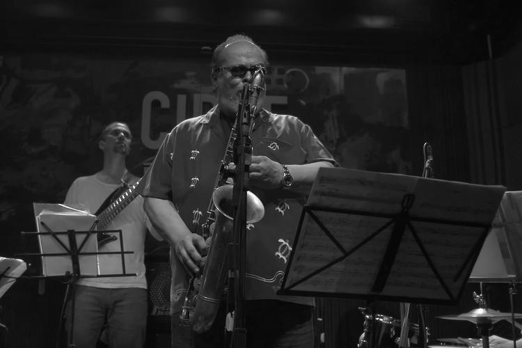 Marcelo Peralta z saksofonem na scenie