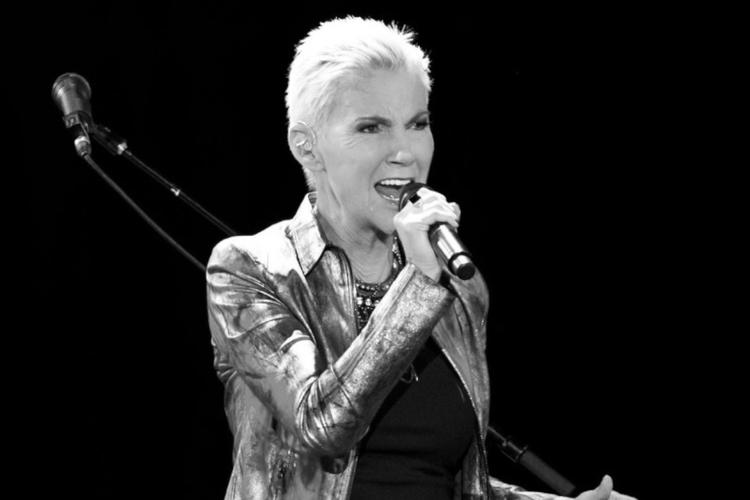 Marie Fredriksson na scenie podczas koncertu zespołu Roxette
