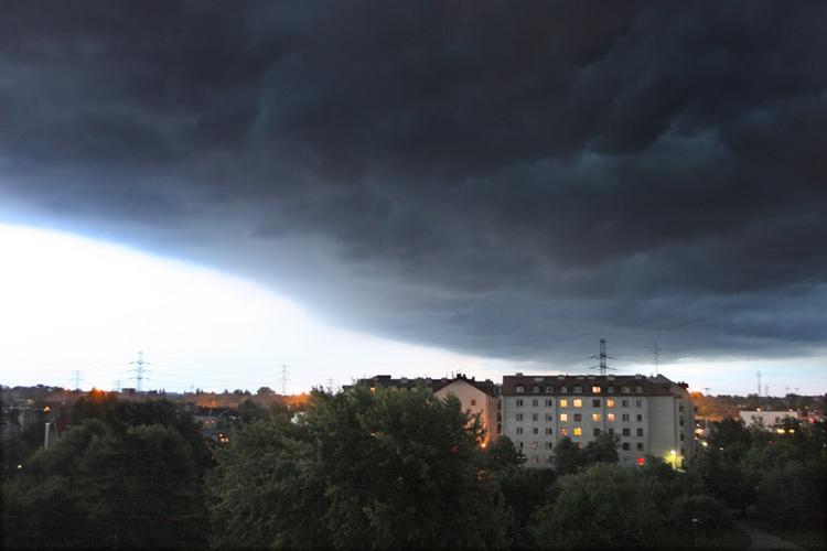 """Niebezpieczne zjawisko nad Polską. """"Chmury wieżowce"""" sprowadzą gwałtowne burze i mogą zagrozić samolotom"""