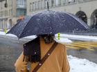 kobieta z parasolem chroni się przed śniegiem