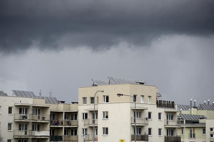 chmury burzowe nad blokami