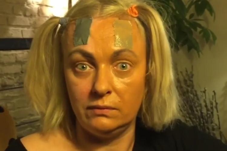 Kasia Nosowska robi makijaż