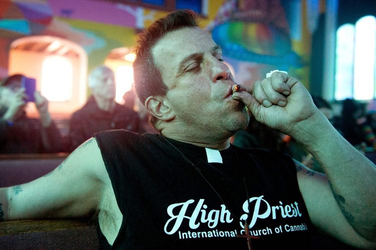 palacz marihuany w kościele